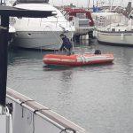 En Puerto Adriano, un buzo en autónomo opera en solitario.